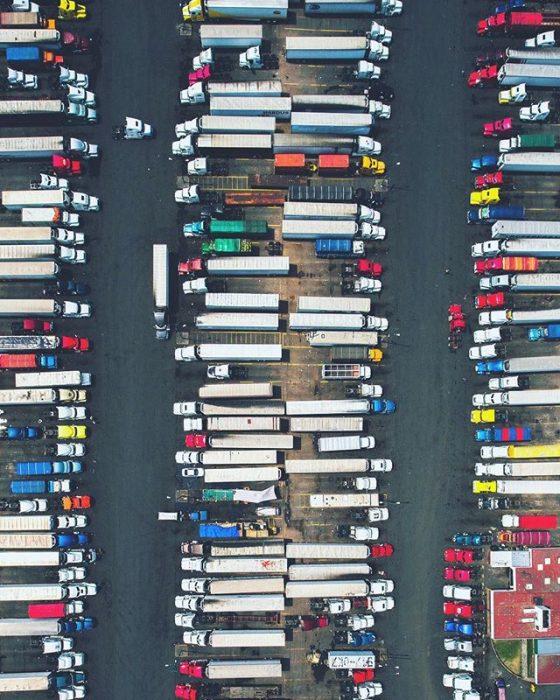 visto desde el cielo Estacionamiento de camiones de carga