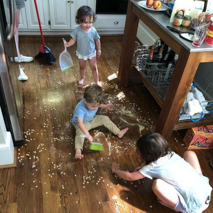 niños limpiando cocina sucia