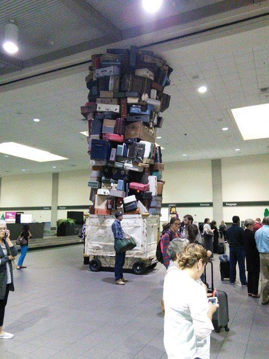 maletas apiladas hasta el techo en aeropuerto