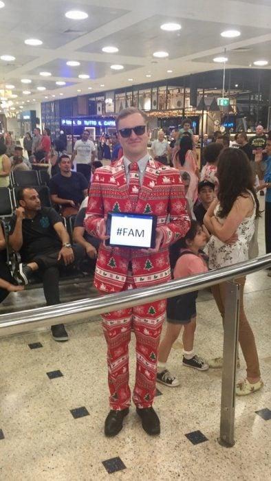 chico vestido con traje navideño en aeropuerto