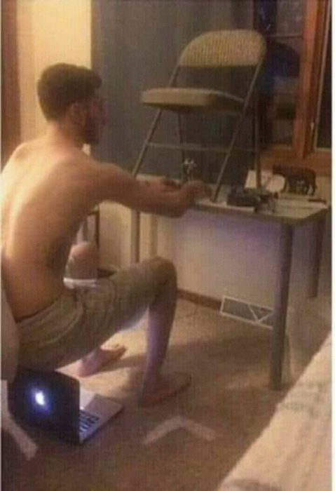 hombre sentado en su laptop