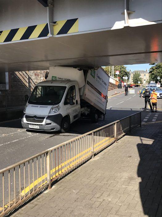 camión no cupo debajo de un puente