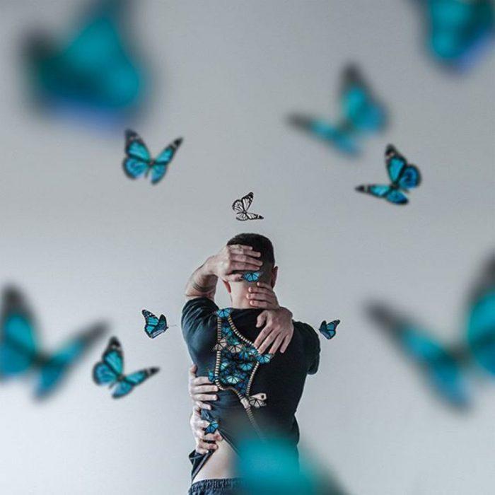 imagen surrealista de mariposas escapando de la espalda de un hombre