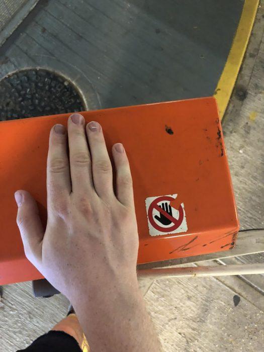 mano sobre una caja que dice no poner las manos