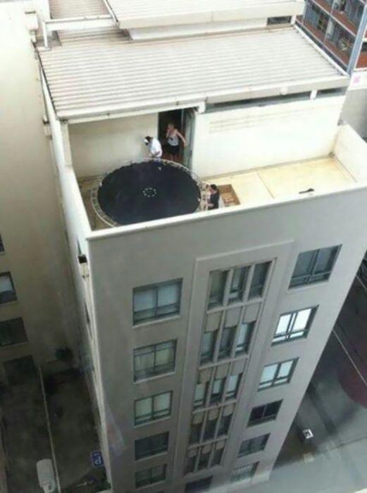 artefacto para brincar en lo alto d eun edificio