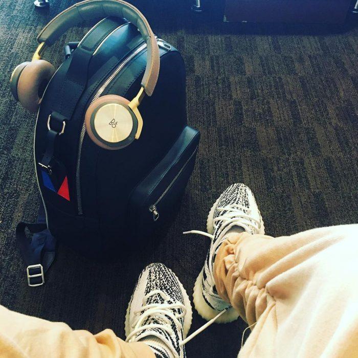 audífonos, maleta y zapatos