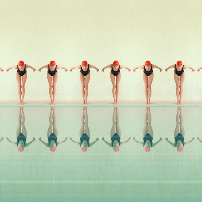 nadadoras a punto de aventarse a la alberca