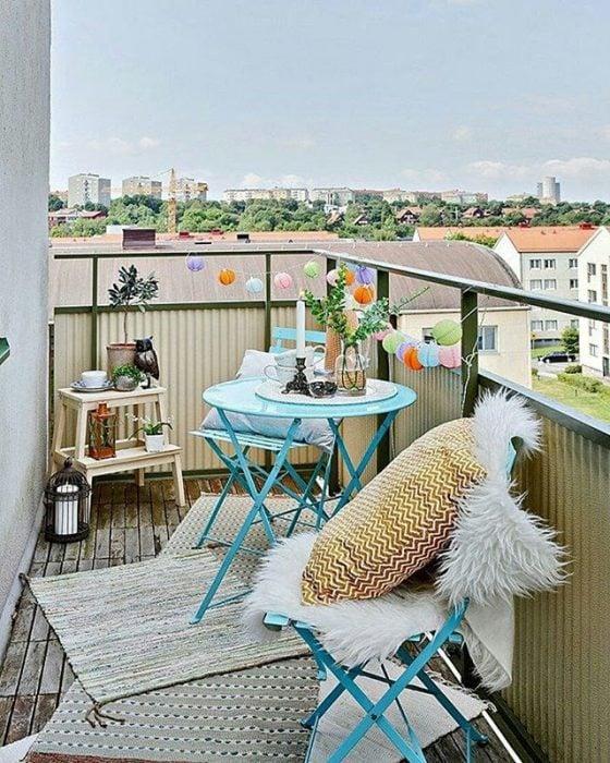 balcón con mesita de té