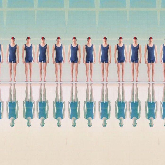 reflejo de nadadores en la piscina