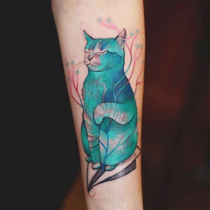 tatuaje de gato azul meditando