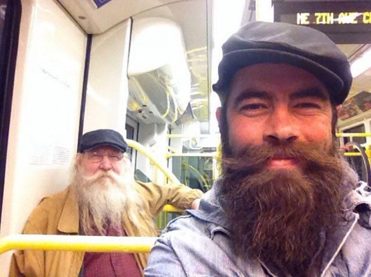hombre y hombre mayor con la misma barba y boina