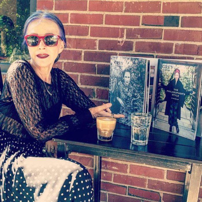 Beatrix Ost posando con sus revistas