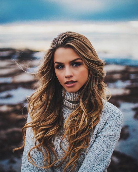 chica con el cabello bonito junto al mar