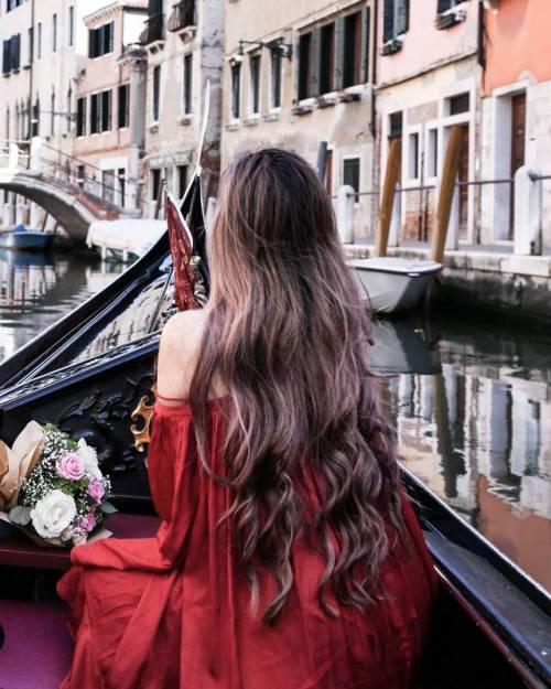 mujer en Venecia con cabello muy bonito