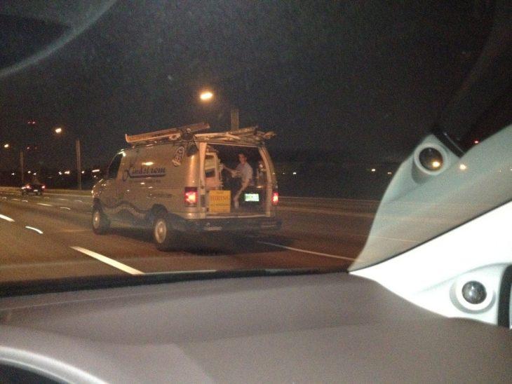 camioneta con calmonía de señor en escritorio