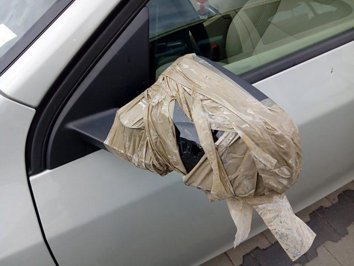 espejo de un auto con cinta adhesiva