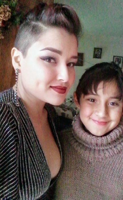 mujer e hija con cabello corto