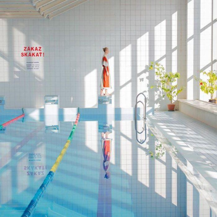 modelo y su reflejo en piscina