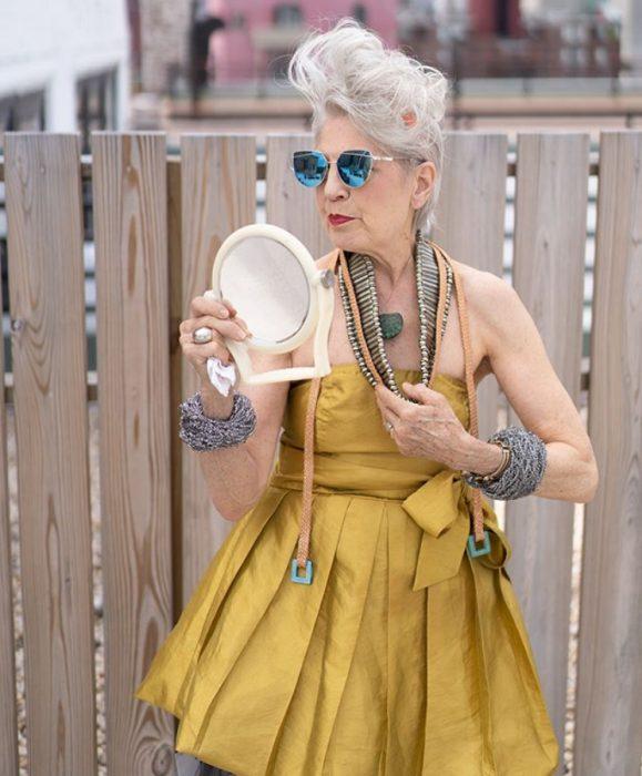 Debra Rapoport con ropa fashionista