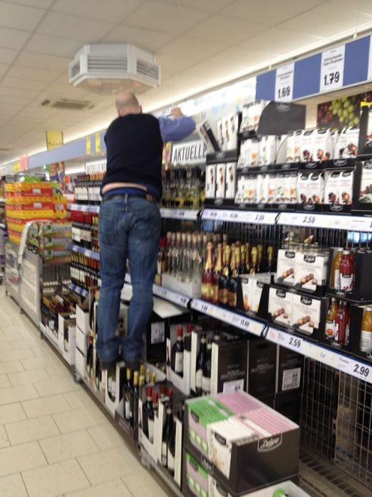 hombre parado en botellas de vino