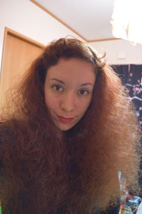 chica con el cabello esponjado