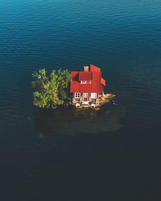casa en medio de un lago