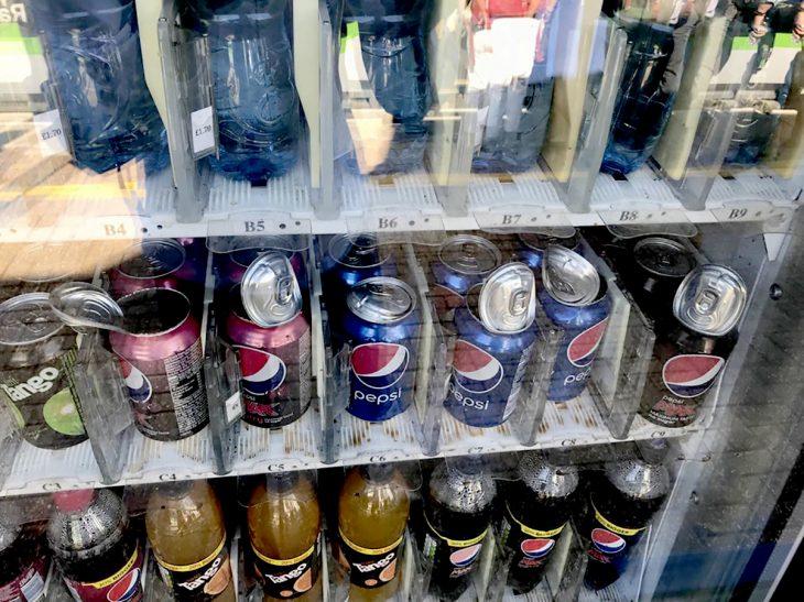 Latas de refresco que explotaron dentro de máquina de venta