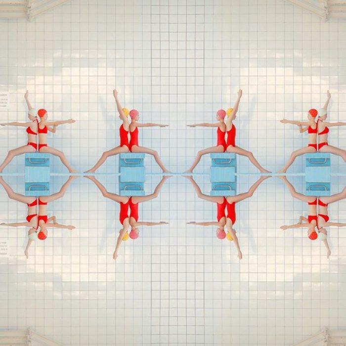 nadadoras haciendo figuras que se reflejan en el agua