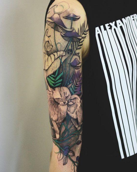 tatuaje de gatitos entre las flores