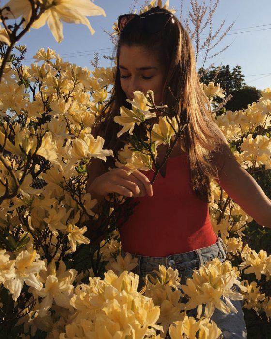 chica selfie flores