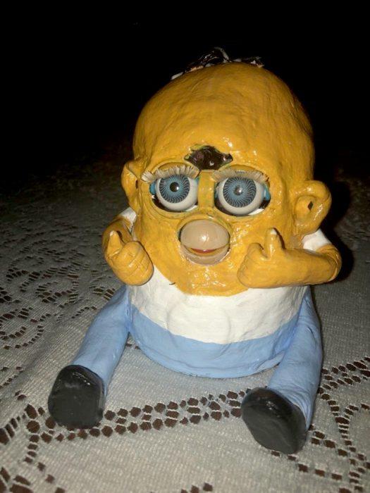 híbrido entre un Furby y Omero Simpson
