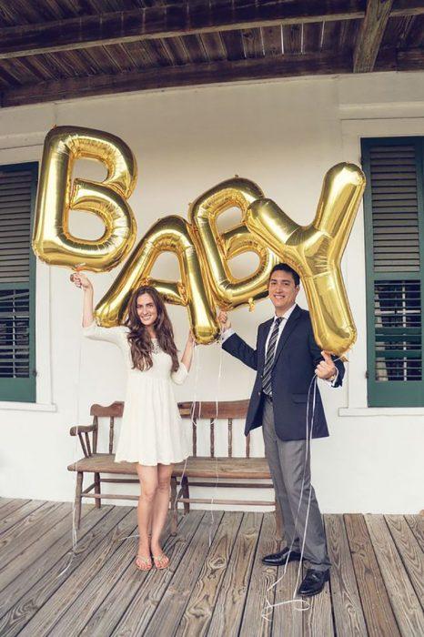 anuncio de embarazo con globos