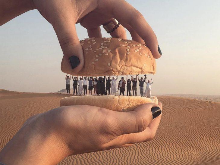 juego de perspectiva personas dentro de panes de hamburguesa