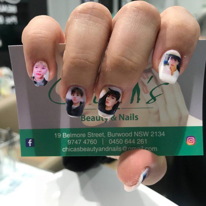 idols asiáticos impresos en uñas