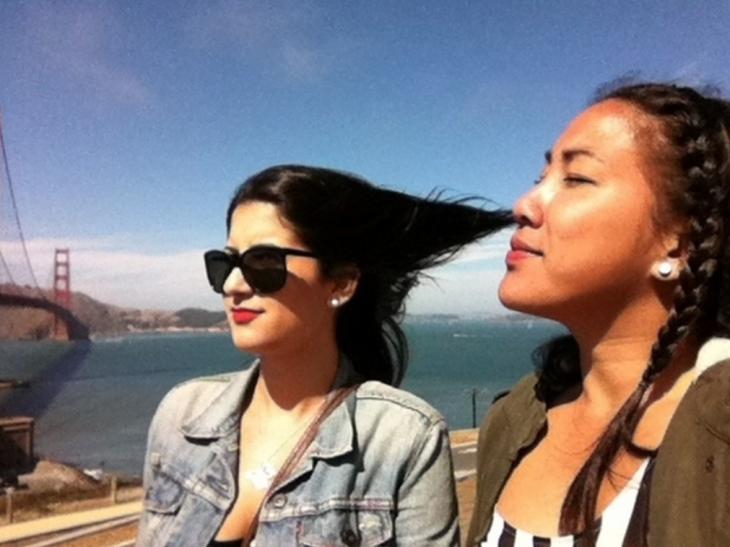ilusión, parece que una chica inhala el cabello de su amiga