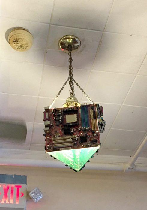 lampara con tarjetas de computadora