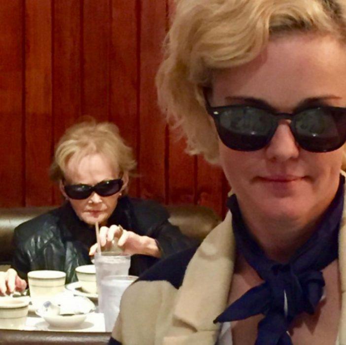 mujer de lentes y detrás mujer de lentes pero de más edad