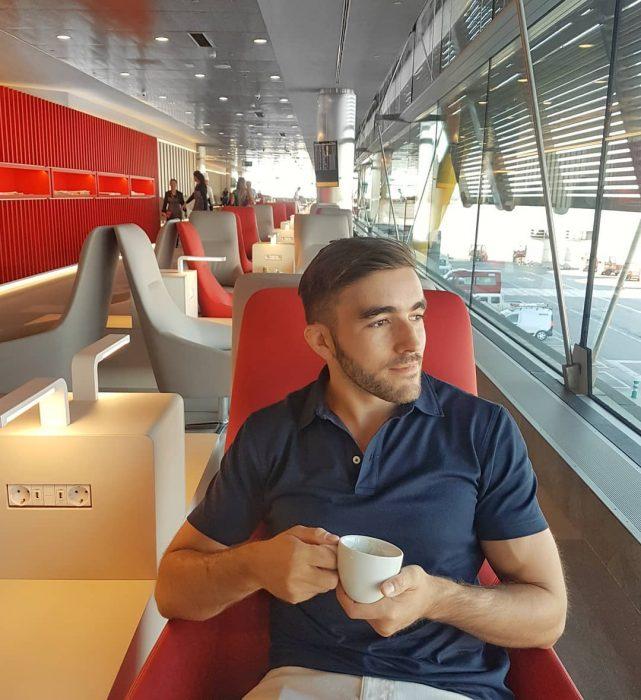 chico en lounge de aeropuerto