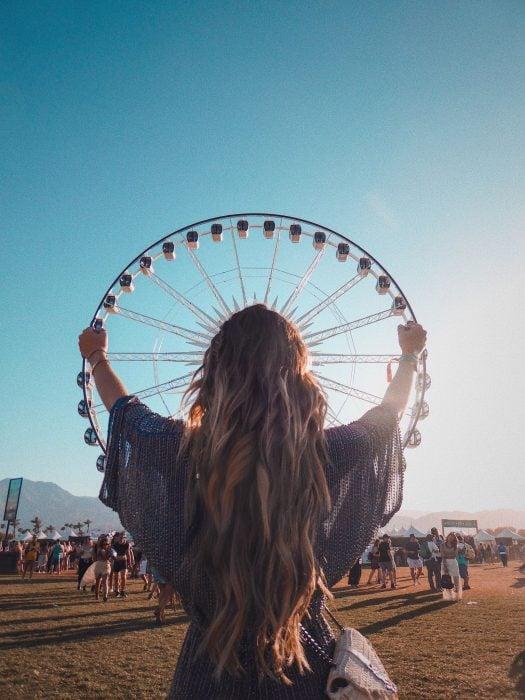 juego on perspectiva una chica parece tomar una rueda de la fortuna como si fuera un volante