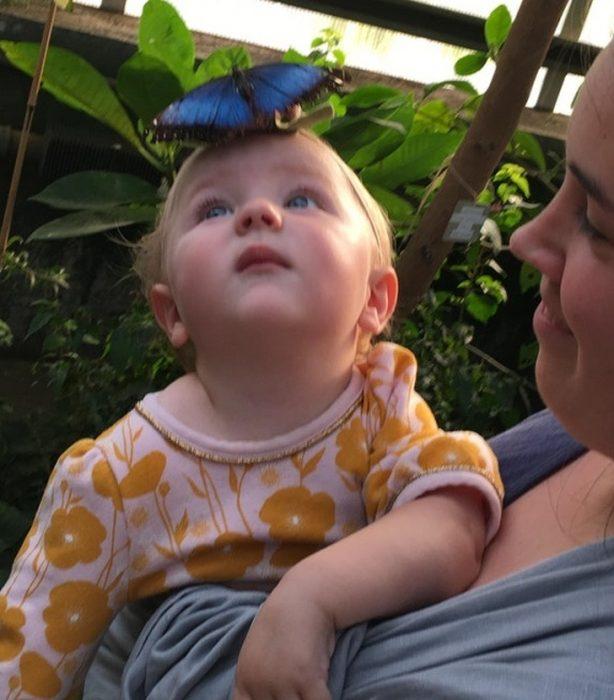 niña con una mariposa en la frente