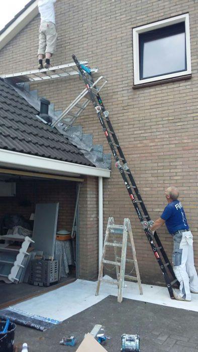 hombre sosteniéndose de forma insegura en escaleras