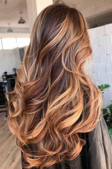 chica de cabello bonito color miel
