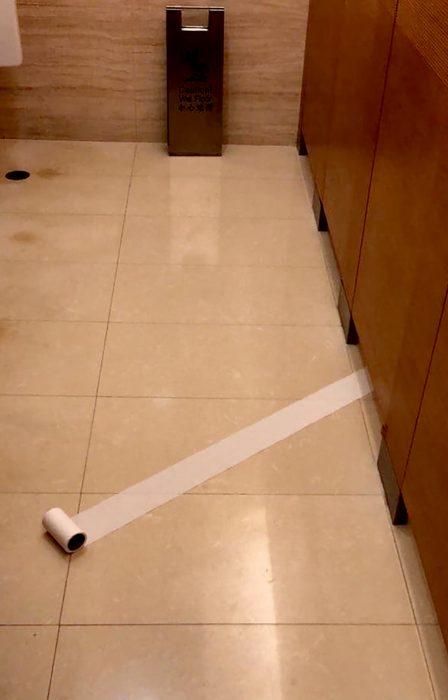 papel de baño se escapa debajo de la puerta