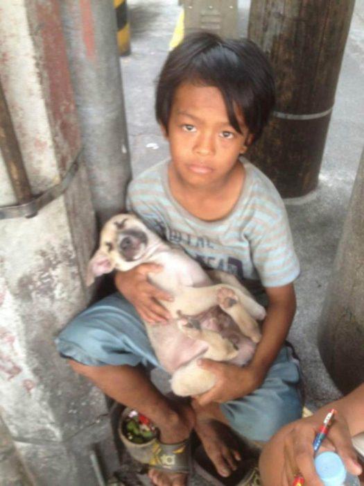 niño sin hogar adopta perro