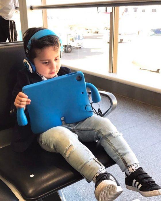 niño con tablet en aeropuerto