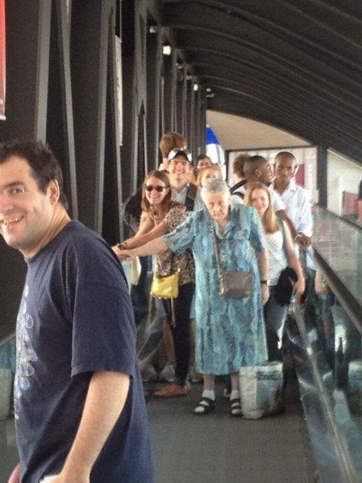 viejita retrasando fila de aeropuerto