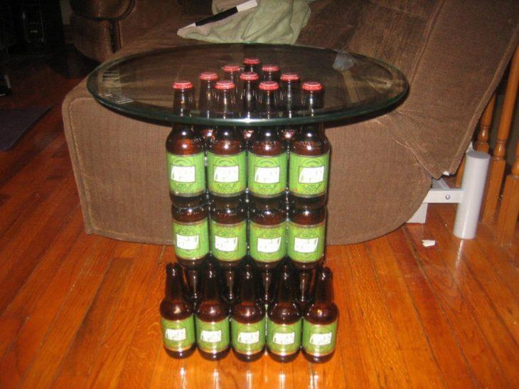 mesa hecha con botellas de cerveza
