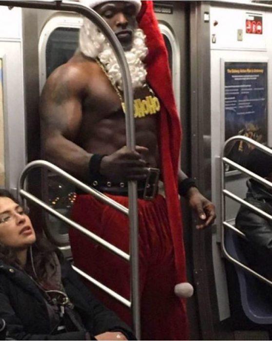 hombre negro, fuerte y sin camisa vestido de santa claus