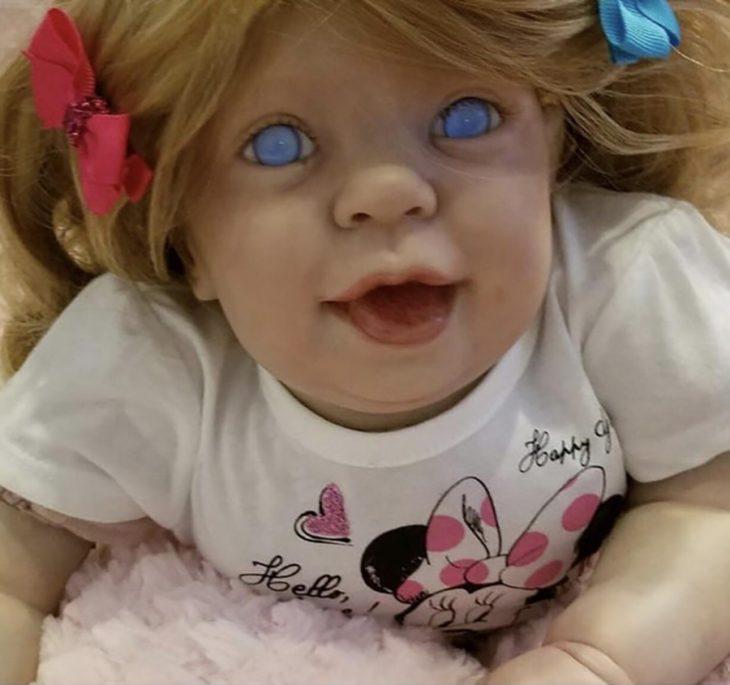 muñeca de ojos azules sin pupilas