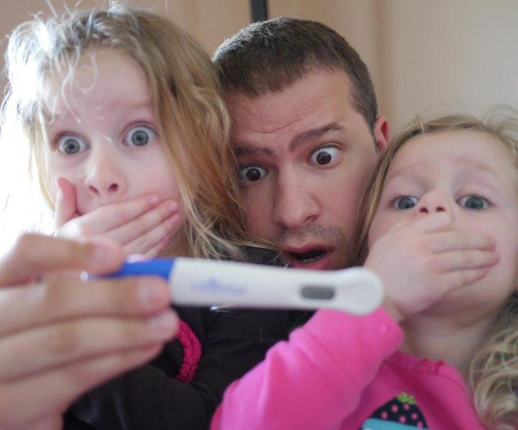 anuncio de embarazo con prueba y hermanitas